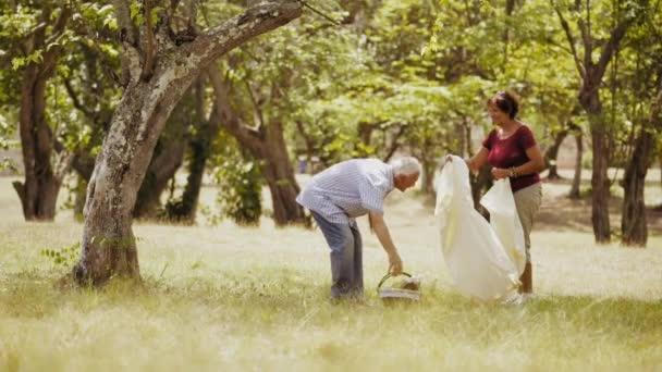 3-Slowmotion nyugdíjas pár idősebb férfi és nő csinál piknik