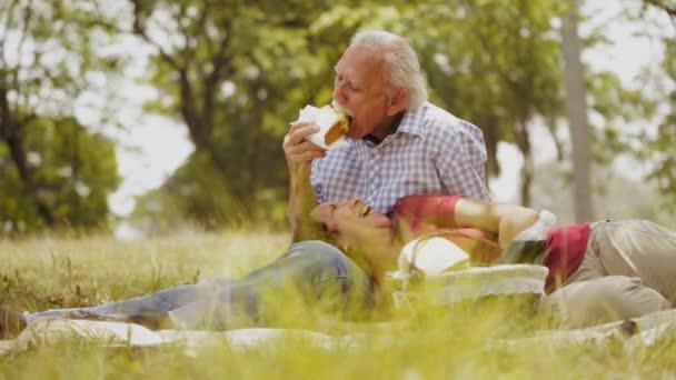 5-Slowmotion starý pár starší muž a žena, která dělá piknik