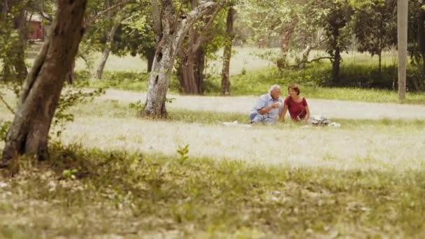 6 éves pár idősebb férfi és nő étkezési piknik