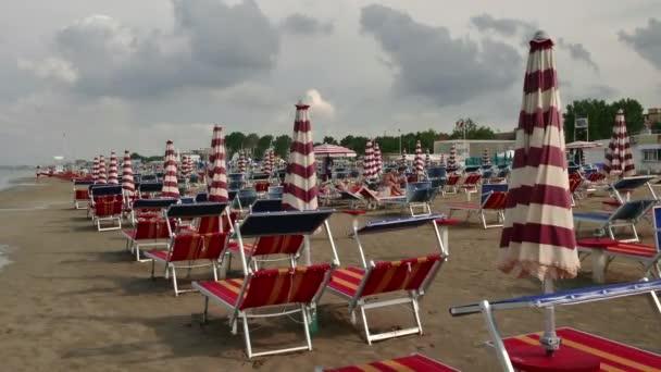 Italské pláže s lidmi na Letních prázdninách turistům relaxační
