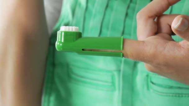 4-Frauen reinigen Hundezähne mit Zahnpasta und Zahnbürste