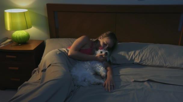 žena hlazení psa