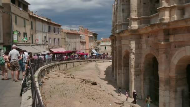 Turistů, kteří navštíví francouzské město Arles s amfiteátrem Arena