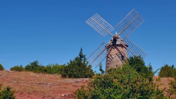 Větrný mlýn na kopci ve Francii francouzské krajina při západu slunce