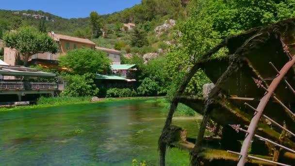 Fontaine-De-Vaucluse známé turistické místo a malé vesnice ve Francii