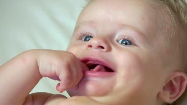 Portrét kojenecká Baby novorozence s úsměvem v postýlce kolébky