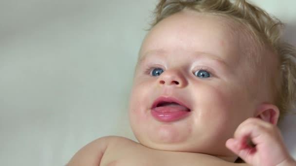 Kojenecká Baby šťastné dítě směje v postýlce postel Thumb Sucking