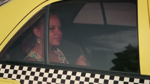 2of3 šťastná mladá žena cestování taxíkem, city taxi, auto