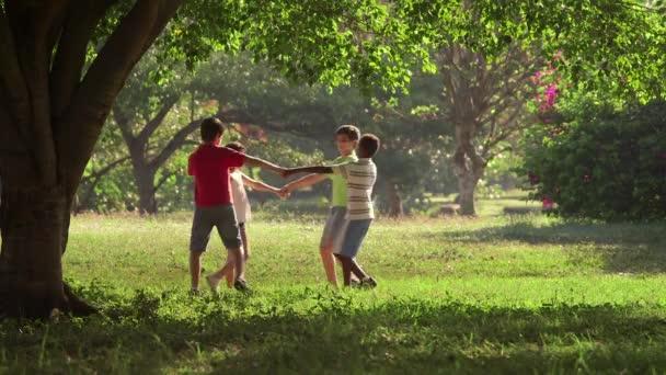 16of18 děti hrají, tančí, mládež, letní zábava, přátelé, skupina