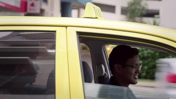 4of6 Happy taxikář řídit auto, přičemž peníze, klient, zákazník