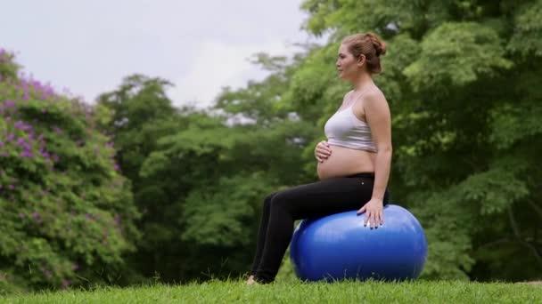 8of10 těhotná žena, aktivní dívka výkonu, životní styl, zdravý život, sport