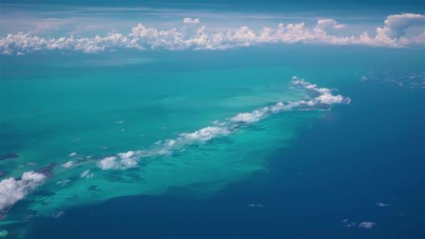 Pohled na Cayo Largo ostrov, Kuba, Karibské moře z letadla