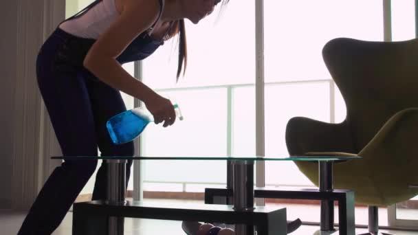 Haushälterin Frau zu Hause tun Aufgaben Reinigung Glastisch