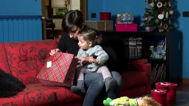 Šťastná žena a Baby Girl zahájení přítomen dárek k Vánocům