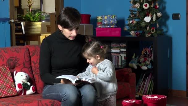Lesebuch der Mutter auf das Kind während Weihnachten Urlaub zu Hause