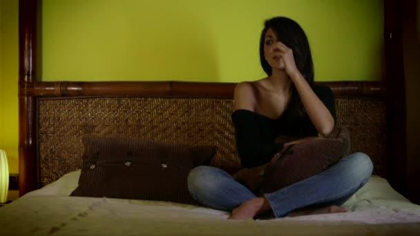 Smutné, depresivní krásná mladá žena pláče doma v ložnici