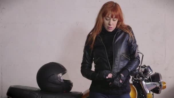 Biker Girl žena s červenými vlasy koženou bundu motocykl motorka