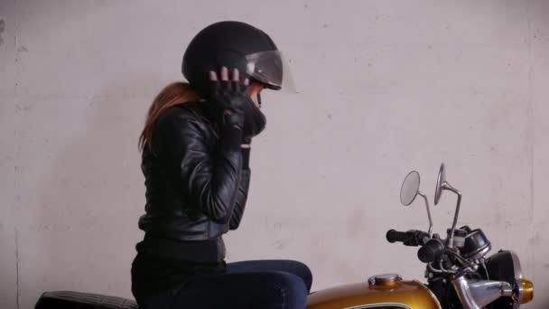 Motocykl motorka šťastná dívka žena Biker hnací kolo s přilbou