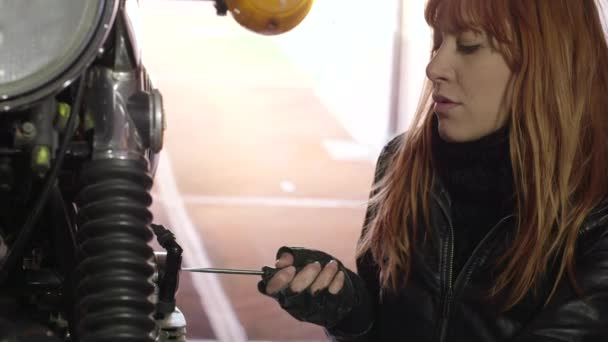Mechanik dívka žena, oprava, opravy motocyklů kolo motorku motoru Motor