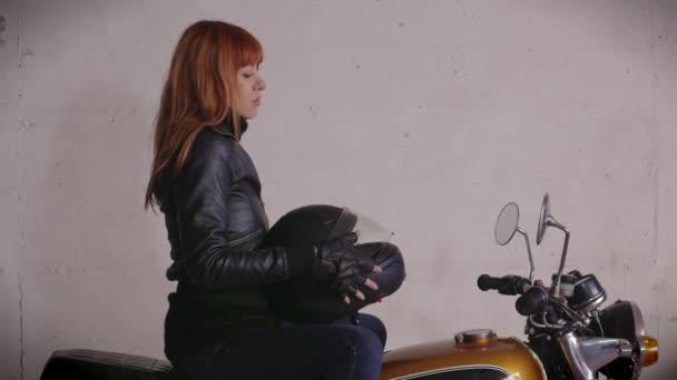 Motocykl motorka šťastný rusovláska dívka žena Biker na koni, kole usmívá