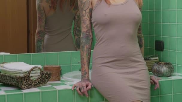 Smyslná Sexy dívka žena s Tetovaný těla při pohledu na fotoaparát
