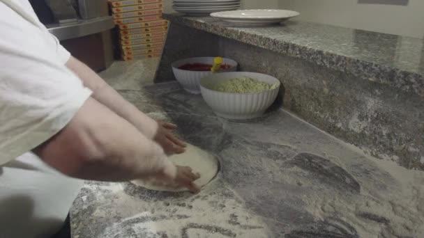 Italská restaurace kuchyně muž připravuje jídlo, takže Pizza středomořské stravy