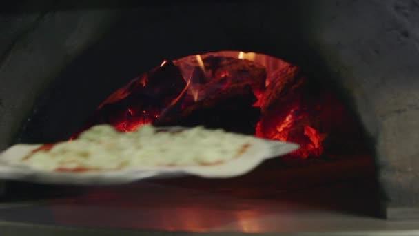 Pizza főzés, sütés, olasz étterem konyha fa sütő tűz