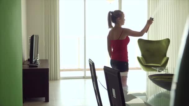 Nő permetezés dezodor szobában