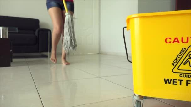 Frau putzt den Fußboden