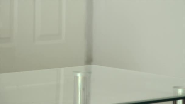 žena čištění skleněný stůl