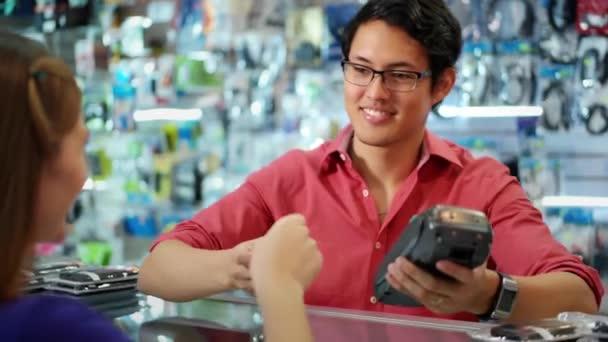 Zákazník platí kreditní kartou v obchodě čínského počítače