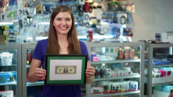 Portrét Happy Shop vlastníků ukazující první dolaru vydělávat