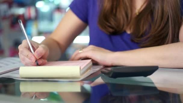 Žena, Kontrola faktur a faktur s kalkulačkou v obchodě