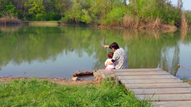 Matka dceru objala a při pohledu na přírodní krajina kolem jezera