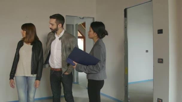 Podnikatelka žena pracující jako architekt klienty zákazníkům v novém bytě