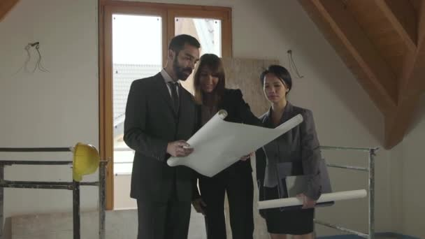 Tým mužů ženy inženýři architekti lidí pracujících ve staveniště