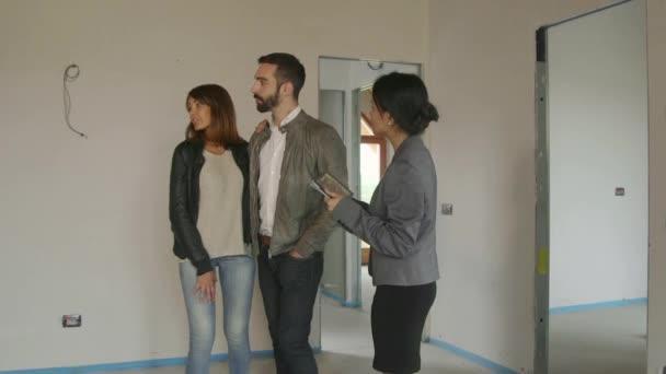Žena pracuje jako interiérové návrháře klienty zákazníkům v novém domově
