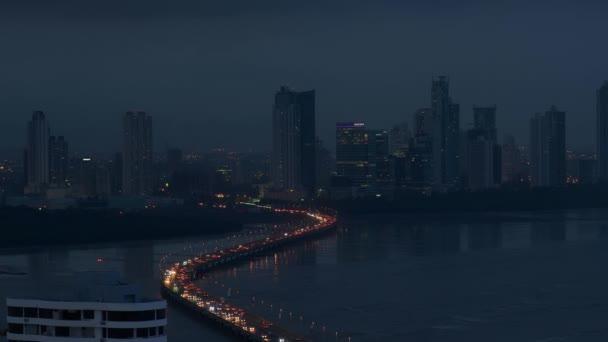 Panama-Stadt-Nachtsicht Verkehr Autos auf der Autobahn