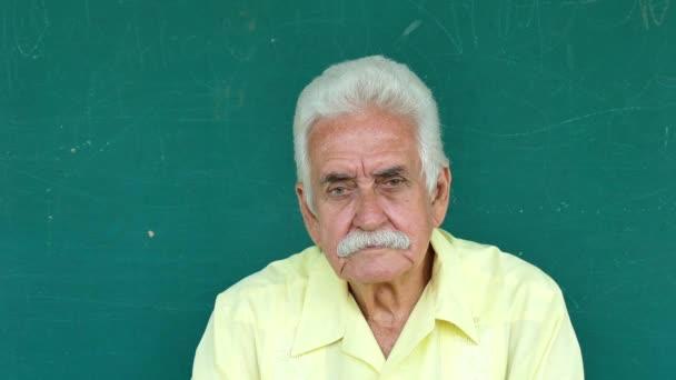1 hispánští postarší lidé portrét sad starší muž výraz tváře