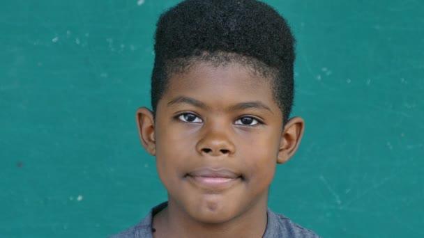 55-fekete gyerekek portré boldog gyermek mosolyogva kamera
