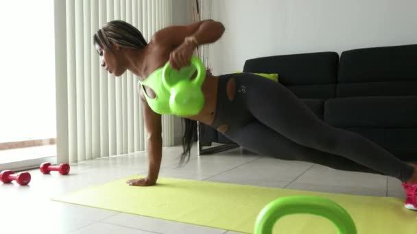 Domácí Fitness trénink černoška s váhami doma