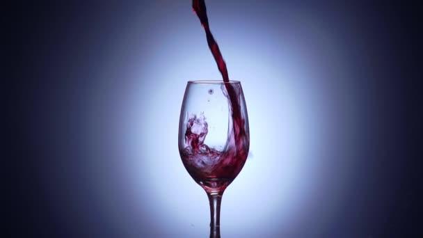7 sklo s červeným vínem v Super Slowmotion 240p