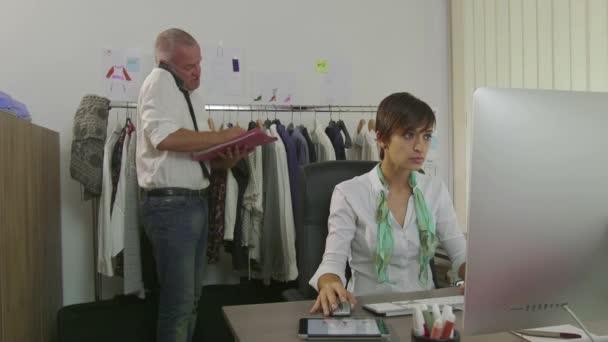 Carriera successo Teamwork uomo e donna In ufficio vestiti moda