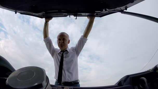 Auto řidiče muž volá odtahová silniční pomoc v nouzi