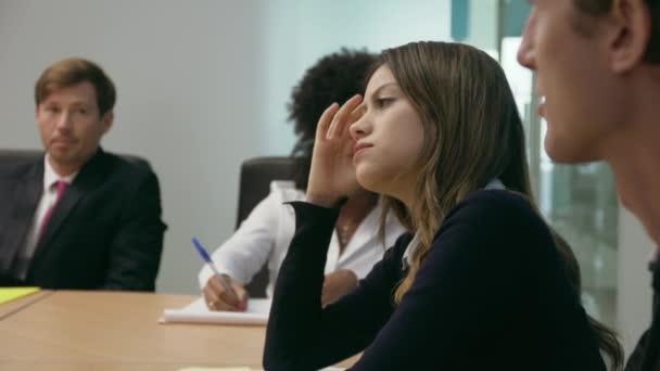 4 žena v konferenční místnosti úřadu cítí nemocný na schůzce
