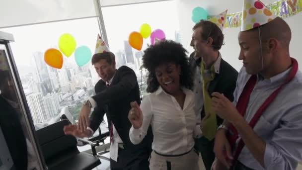6 obchodní lidé slaví narozeniny kolega v kanceláři