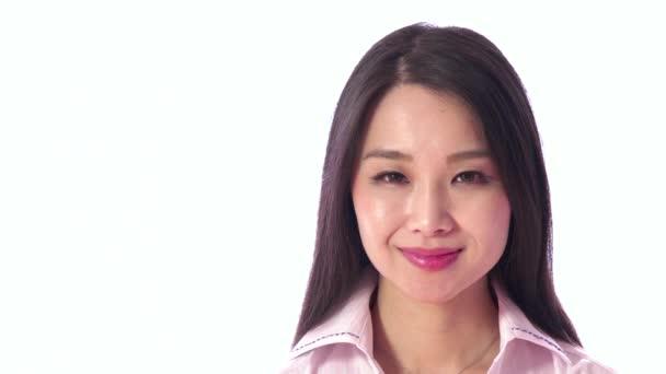 Lidé portrét šťastné krásné asijské japonská žena se usmívá na kameru