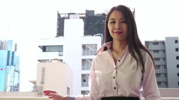 Portrét jistý asijský podnikání žena podnikatelka na kameru