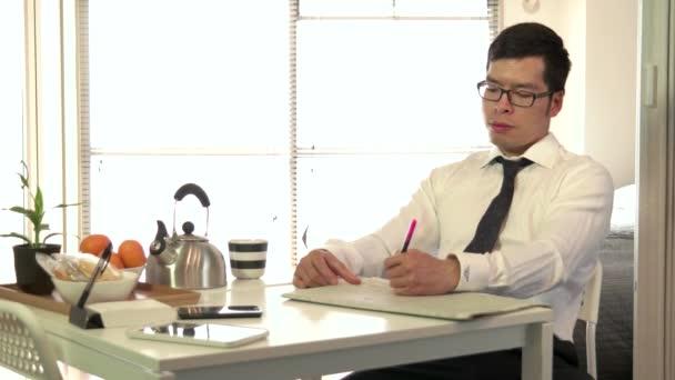 Manager ember üzletember reggelizik ivott Tea olvasó pénzügyi papír