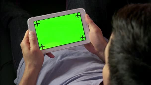 Odpočinek doma Internet zelená obrazovka monitoru muže Ipad Tablet